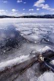 Ein gefrorener See und ein blauer Himmel. lizenzfreies stockbild