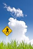 Ein gehendes Zeichen des Mannes mit nettem Himmel Stockfotos