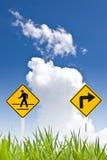 Ein gehendes Zeichen des Mannes und rechtes Zeichen der Kurve Stockfotografie