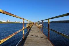 Ein Gehweg heraus zu einer Zementplattform in der Straße von Canso nahe Hafen Hawkesbury Nova Scotia Lizenzfreie Stockbilder