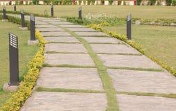 Ein Gehweg im Garten Stockbilder