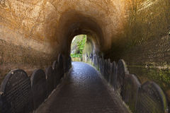 Ein Gehweg in St. James Cemetery stockbild