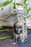 Ein geistiger Moment mit einem blauen bouddah Monolithen lizenzfreie stockfotografie