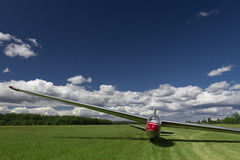Ein gelandetes Segelflugzeug aus den Grasluftfeldgrund Stockbild