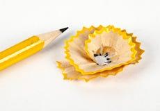 Ein gelber Bleistift mit Bleistiftspitzer- und Bleistiftschnitzeln Stockfoto