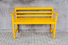Ein gelber Stuhl Stockfotos