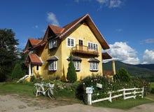 Ein gelbes Haus Stockbild