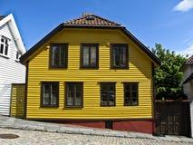 Ein gelbes Holzhaus in Norwegen, Lizenzfreies Stockfoto