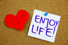 Ein gelbes klebriges Anmerkungsschreiben, Titel, Aufschrift das Leben, Motivlebensstilanzeigen genießen gegen schwarzes Ext. auf  lizenzfreies stockbild