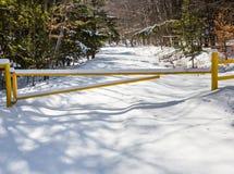 Ein gelbes Tor schließt eine Straße für den Winter Stockbild