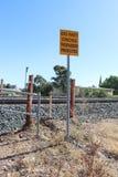 Ein Gelbes und ein Schwarzes kreuzen nicht, Eindringlinge verfolgten Warnzeichen an einem veralteten Bahnhof stockbild