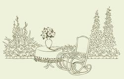Ein gemütlicher Schwingstuhl in einem blühenden Garten Stockbild