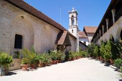Ein gemütliches Yard mit Blumen und Bäumen in den Töpfen Plan des Plans europa Italienischer Patio Lizenzfreie Stockfotografie