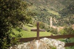 Ein gemaltes hölzernes Kreuz vor der Kirche bei Moltifao Stockbilder