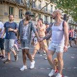 Ein gemischtes rassisches Mannpaar mit kleinem Hund im Paris 2018 Gay Pride lizenzfreies stockbild