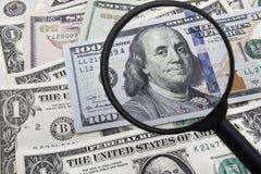 Ein genauer Blick an einer 100 USD Banknote Stockbilder