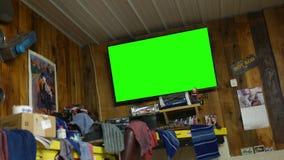 Ein generisches grünes Schirmfernsehen in einer Karosseriewerkstatt stock video footage