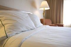 Ein generisches Hotelzimmer Lizenzfreies Stockfoto