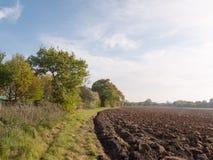 Ein gepflogenes Ackerland bereit gesät zu werden und damit Ernte startin wächst Stockbild