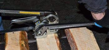 Ein Gerät für das Befestigen des Metallstreifens auf den Kästen mit Produkten Lizenzfreie Stockfotos