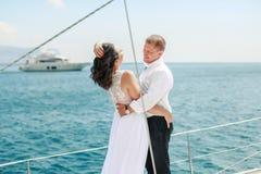 Ein gerechtes verheiratetes Paar auf Yacht Gl?ckliche Braut und Br?utigam auf ihrem Hochzeitstag lizenzfreies stockbild