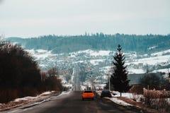 Ein gereizter Fahrer verschiebt sich langsam auf extrem schlechten ukrainischen Straßen stockfotos
