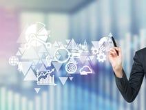 Ein Geschäftsflussdiagramm wird auf den Glasschirm gezeichnet Eine Hand unterstreicht das wesentliche Element im Entwurf Lizenzfreie Stockfotografie