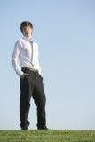 Ein Geschäftsmann auf einem Hügel Stockbilder