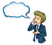 Ein Geschäftsmann, der über dem Telefon mit einem leeren Hinweis spricht Stockfoto