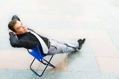 Ein Geschäftsmann, der auf der Straße sich entspannt stockbilder