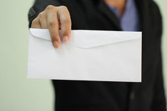 Ein Geschäftsmann, der in einem leeren Umschlag übergibt Lizenzfreie Stockfotografie