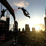 Ein Geschäftsmann, der einen Slam Dunk auf die Oberseite eines Wolkenkratzers durchführt Lizenzfreie Stockbilder