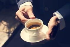 Ein Geschäftsmann, der einen Tasse Kaffee hat lizenzfreie stockfotos