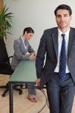 Ein Geschäftsmann, der mit seinem Kollegen aufwirft Stockfotos