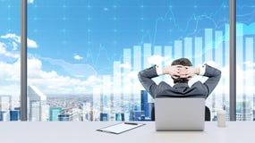 Ein Geschäftsmann, der in seinem Büro sich entspannt Lizenzfreies Stockfoto