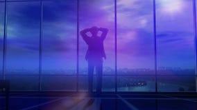 Ein Geschäftsmann hält seinen Kopf in seinem Büro, wenn Gewitterwolken um ihn erfassen Stockfotografie