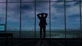 Ein Geschäftsmann hält seinen Kopf in seinem Büro, wenn Gewitterwolken um ihn erfassen stock video footage
