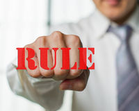 Ein Geschäftsmann möchten die Regel für Möglichkeit n ew brechen Lizenzfreie Stockfotografie