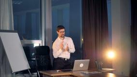 Ein Geschäftsmann macht einen Siegtanz nach erfolgreicher Arbeit stock video