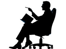 Ein Geschäftsmann mit der persönlichen Tagesordnung, welche die Kenntnisse sitzen in AR nimmt Stockfoto