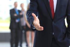Ein Geschäftsmann mit einer geöffneten Hand stockbild