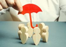 Ein Geschäftsmann schützt sein Team Versicherung und Finanzierung von Starts und von Geschäftsprojekten Finanziell und Prozesskos lizenzfreie stockbilder