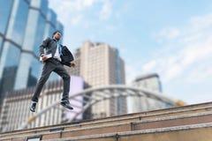 Ein Geschäftsmann schweben vom Boden frei lizenzfreie stockfotos