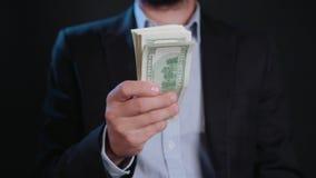 Ein Geschäftsmann Taking Cash aus seiner Geldbörse heraus stock footage