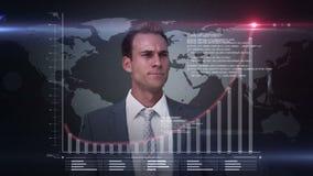 Ein Geschäftsmann unter Verwendung einer digitalen Schnittstelle stock video