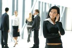 Ein Geschäftsteam von fünf Personen in einem modernen Büro Lizenzfreie Stockfotos