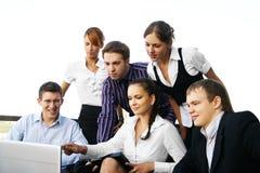Ein Geschäftsteam von sechs jung und Energiepersonen lizenzfreie stockbilder