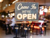 Ein Geschäftsweinlesezeichen, das ` sagt, kommen wir ` bezüglich des offenen ` auf Café herein stockfotos