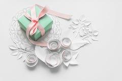Ein Geschenk auf einer weißen Serviette Lizenzfreies Stockfoto