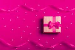 Ein Geschenk in einem Kasten auf einem roten Hintergrund Stockfoto